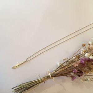 Collier pétale en laiton et perles en porcelaine  – Carole Péron